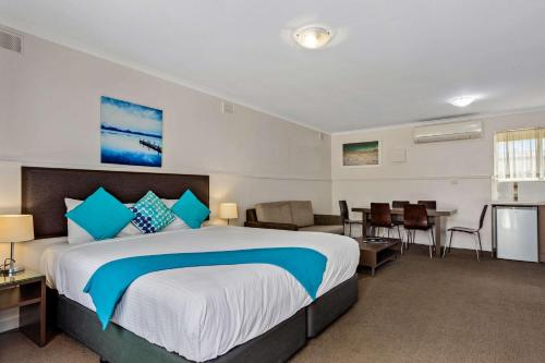 A bed or beds in a room at Comfort Inn Victor Harbor