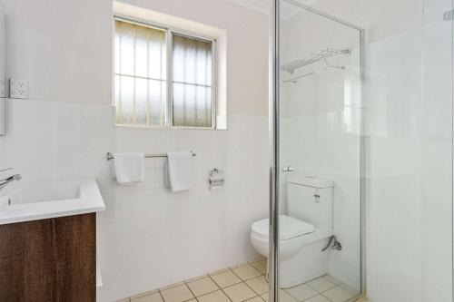 A bathroom at Comfort Inn Victor Harbor
