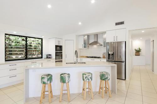 A kitchen or kitchenette at 20 Avalon Street Coolum Beach - Pets Welcome