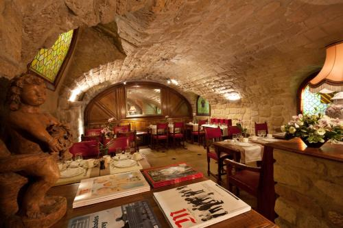 A restaurant or other place to eat at Amarante Beau Manoir