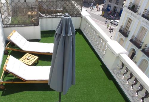 A view of the pool at Hotel Moderno Puerta del Sol or nearby