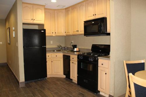 A kitchen or kitchenette at Marco LaGuardia Hotel & Suites