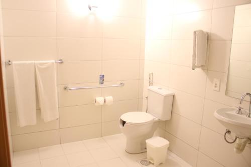 A bathroom at Hotel 10 Goiânia