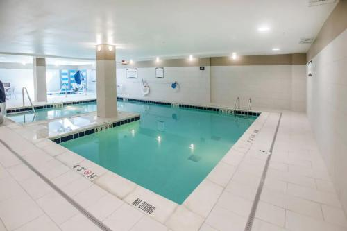 The swimming pool at or close to Staybridge Suites Denver Downtown, an IHG Hotel