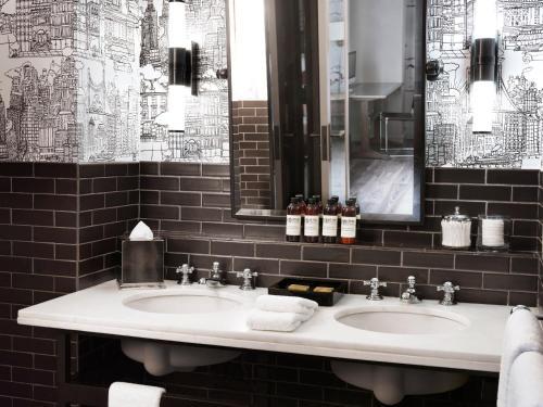 Een badkamer bij Soho Grand Hotel