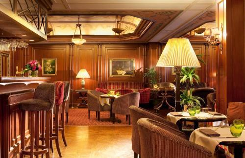 Um restaurante ou outro lugar para comer em Hôtel Napoleon Paris