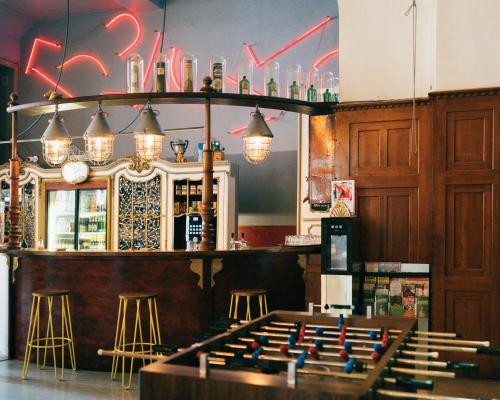 Ein Restaurant oder anderes Speiselokal in der Unterkunft Three Little Pigs Hostel - Your Berlin Castle