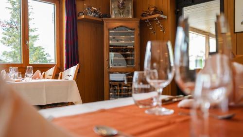 Ein Restaurant oder anderes Speiselokal in der Unterkunft Hotel Alpina