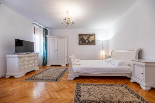A bed or beds in a room at Conrad Haas Apartment