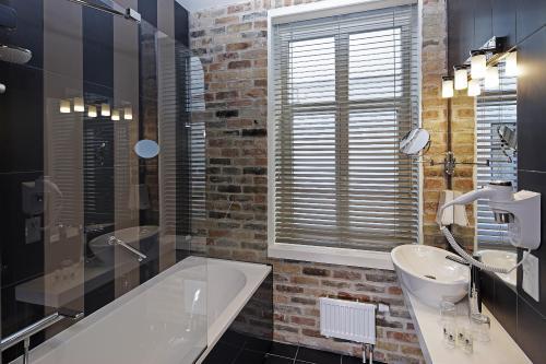 A bathroom at Wellton Centrum Hotel & SPA