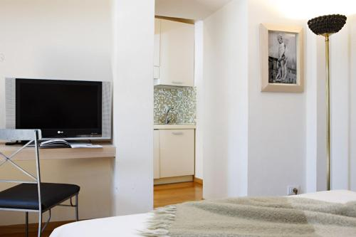 A television and/or entertainment centre at Relais Piazza Signoria