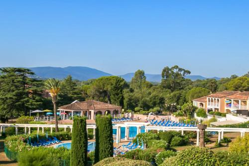 A view of the pool at Résidence Pierre & Vacances Les Parcs de Grimaud or nearby