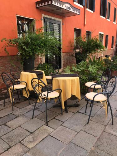 A restaurant or other place to eat at Albergo Marin