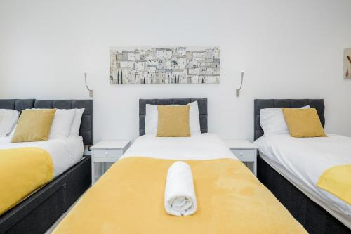A bed or beds in a room at Spacious 1 Bed Luxury St Albans Apartment - Free WiFi & Parking