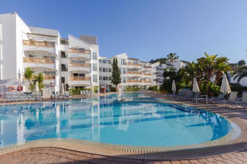 The swimming pool at or near Aparthotel La Pérgola