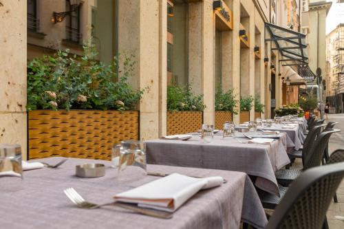 A restaurant or other place to eat at Hotel an der Oper