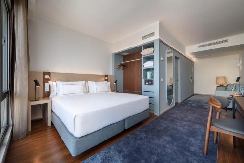Cama ou camas em um quarto em Melia Lisboa Oriente Hotel
