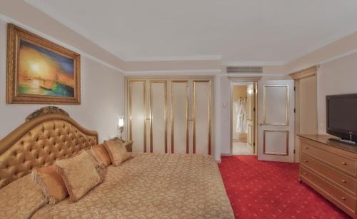 Ein Bett oder Betten in einem Zimmer der Unterkunft Asteria Kremlin Palace