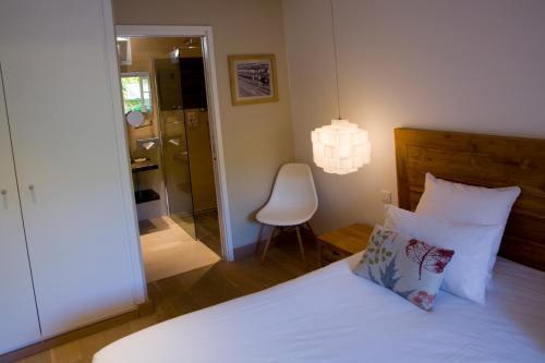 A bed or beds in a room at Hôtel La Caravelle