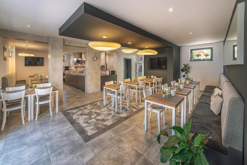 Reštaurácia alebo iné gastronomické zariadenie v ubytovaní TIMEOUT City Hotel