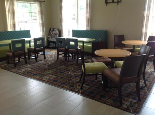 A restaurant or other place to eat at Executive Inn and Suites Jefferson
