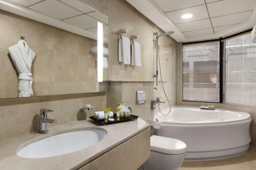 Ванная комната в Ramada Hotel & Suites by Wyndham Ajman