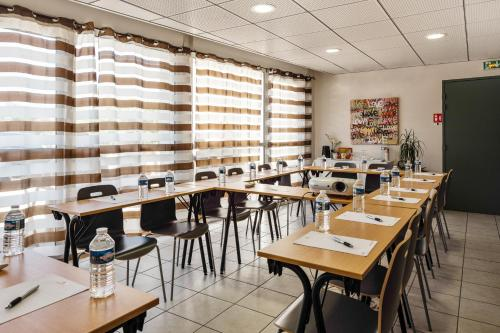 A restaurant or other place to eat at Appart'City Marseille Aéroport – Vitrolles