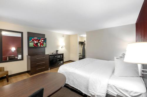 A bed or beds in a room at Red Roof Inn PLUS+ Columbus Downtown - Convention Center