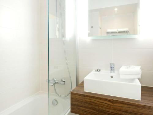 A bathroom at ibis Styles Zeebrugge