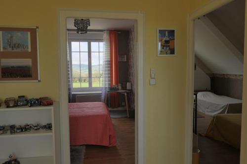 Un ou plusieurs lits dans un hébergement de l'établissement Ty Levenez, chambres d'hôtes avec vue sur les Monts d'Arrée