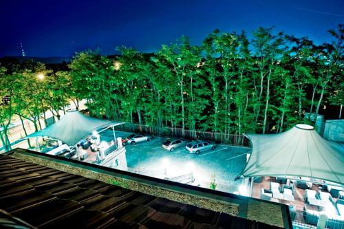 Ein Blick auf den Pool von der Unterkunft Hotel Albrecht oder aus der Nähe