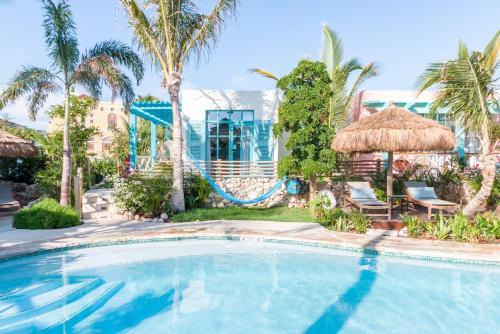 Peldbaseins naktsmītnē Boardwalk Boutique Hotel Aruba vai tās tuvumā