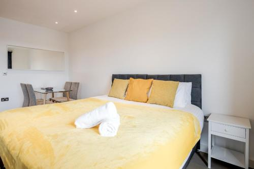 A bed or beds in a room at Luxury Studio Apartment St Albans - Free WiFi and Parking with Amaryllis Apartments