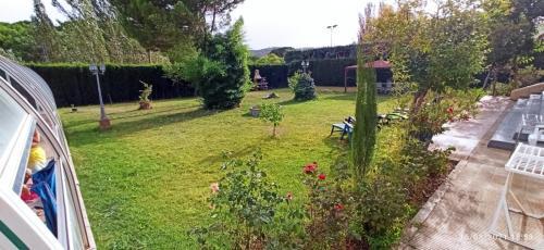 Jardín al aire libre en casa chalet El Sotillo
