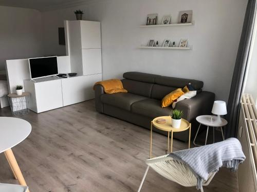 A seating area at Studio Ostend Living