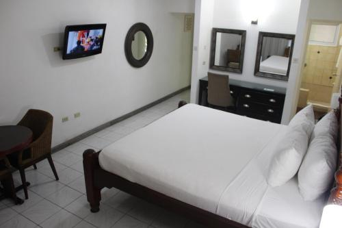 A bed or beds in a room at Altamont Court Hotel