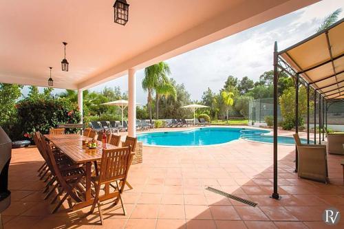 The swimming pool at or near Carvoeiro Villa Sleeps 14 Pool Air Con WiFi