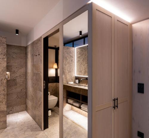 A bathroom at Parkhotel Egerner Höfe