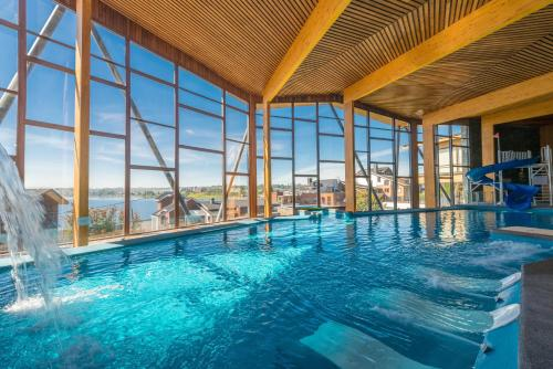 Hotel Cabaña Del Lago Puerto Varasの敷地内または近くにあるプール