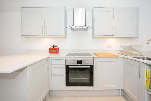 A kitchen or kitchenette at New Annexe in Picturesque Location Close to London
