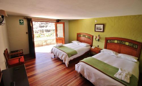 A bed or beds in a room at Hotel El Refugio