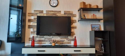 Телевизор и/или развлекательный центр в Apartment on Buharestskaya