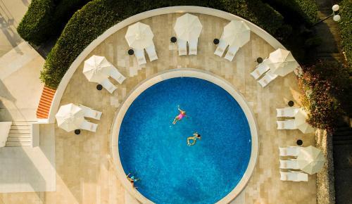 Majoituspaikan Aminess Liburna Hotel uima-allas tai lähistöllä sijaitseva uima-allas