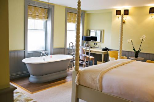 A bathroom at Houndgate Townhouse