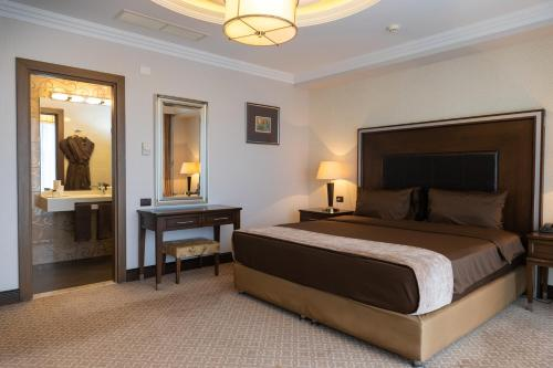 A bed or beds in a room at Chinar Hotel & Spa Naftalan