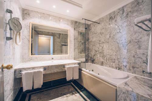 Een badkamer bij Iberostar Averroes