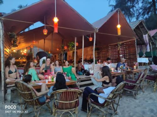 A restaurant or other place to eat at DucknChill-Agonda