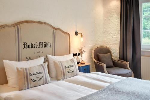 A bed or beds in a room at Bokel-Mühle am See