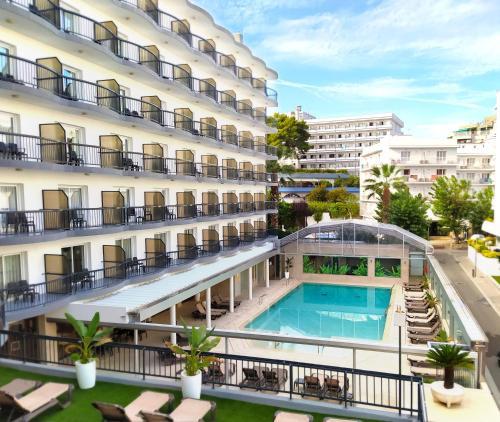 Uitzicht op het zwembad bij Hotel Helios Lloret of in de buurt