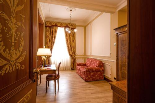 A seating area at Grand Hotel Wagner